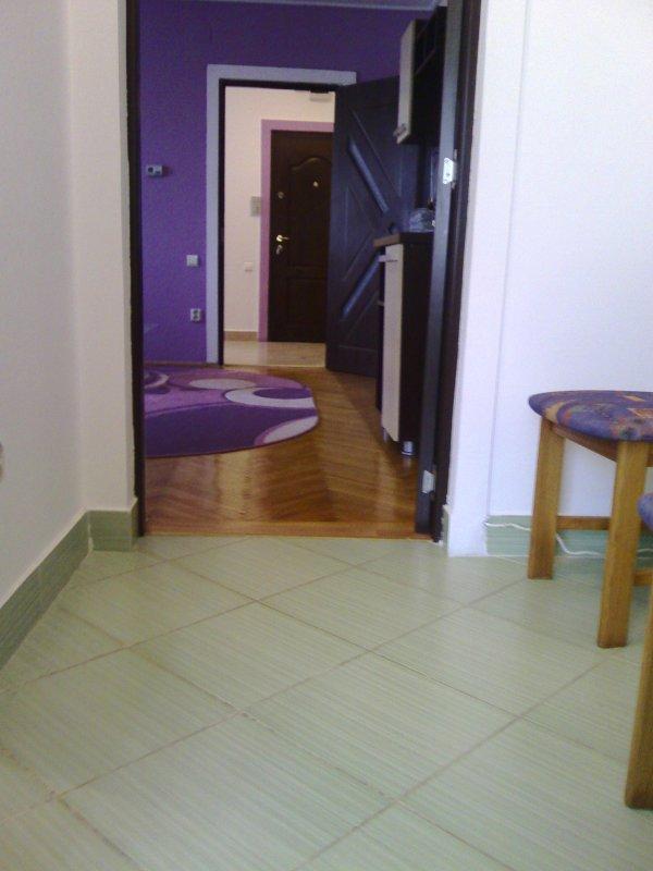Apartament 2 camere semidecomandat,zona piata, etaj intermediar