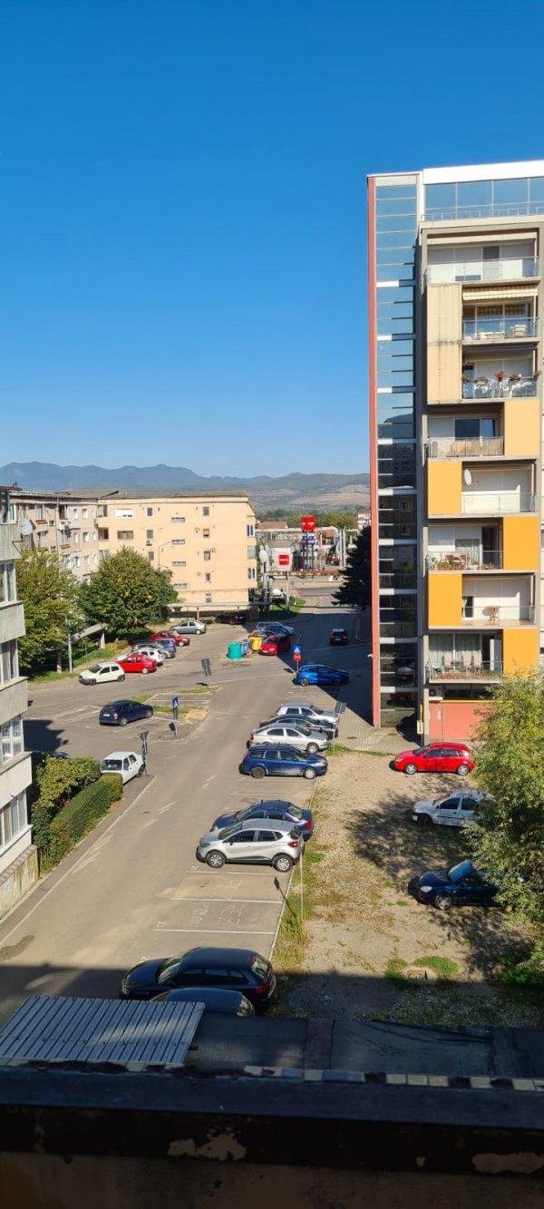 Apartament 4 camere decomandat, zona Piata